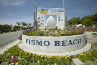 Monumento all'ingresso della località Pismo Beach